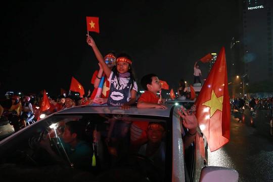 Khắp nơi xuống đường mừng chức vô địch AFF Cup 2018 - Ảnh 15.