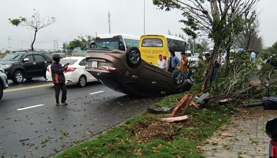 Ô tô mất lái bị lật, tài xế đạp cửa thoát thân - Ảnh 3.