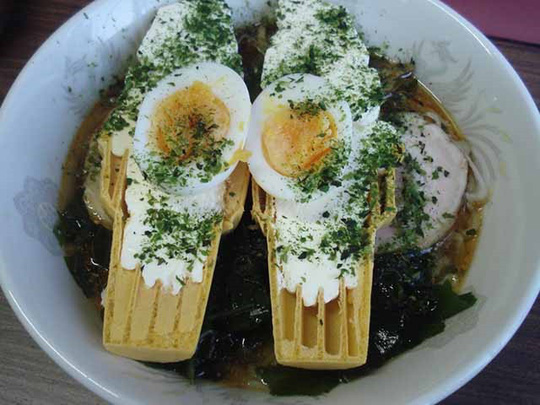 Món mì ramen trộn kem ốc quế khó hiểu của người Nhật - Ảnh 1.