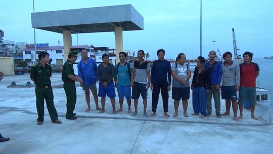 Phát hiện 10 người nước ngoài trên phao cứu sinh trôi nổi trên biển - ảnh 1