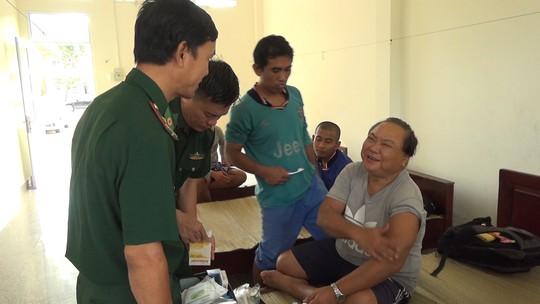 Phát hiện 10 người nước ngoài trên phao cứu sinh trôi nổi trên biển - ảnh 2
