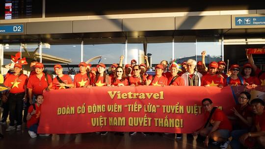 CĐV Việt Nam hâm nóng Bacolod bằng chuyên cơ sang tiếp lửa tuyển Việt Nam - Ảnh 2.