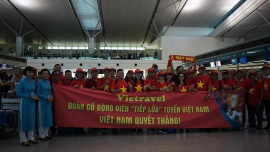 CĐV Việt Nam hâm nóng Bacolod bằng chuyên cơ sang tiếp lửa tuyển Việt Nam - Ảnh 3.
