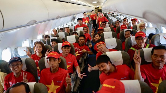 CĐV Việt Nam hâm nóng Bacolod bằng chuyên cơ sang tiếp lửa tuyển Việt Nam - Ảnh 8.