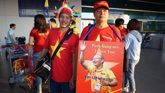 CĐV Việt Nam hâm nóng Bacolod bằng chuyên cơ sang tiếp lửa tuyển Việt Nam - Ảnh 6.