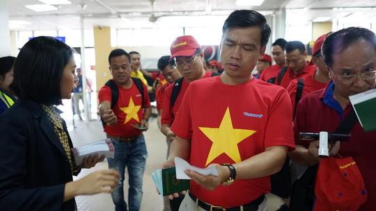 CĐV Việt Nam hâm nóng Bacolod bằng chuyên cơ sang tiếp lửa tuyển Việt Nam - Ảnh 13.