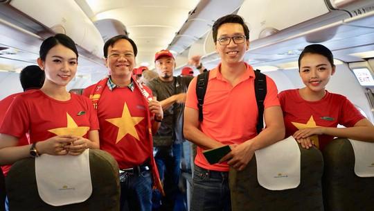 CĐV Việt Nam hâm nóng Bacolod bằng chuyên cơ sang tiếp lửa tuyển Việt Nam - Ảnh 9.