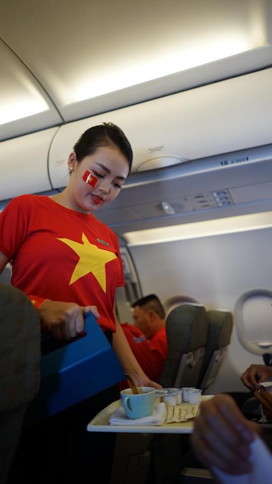 CĐV Việt Nam hâm nóng Bacolod bằng chuyên cơ sang tiếp lửa tuyển Việt Nam - Ảnh 12.