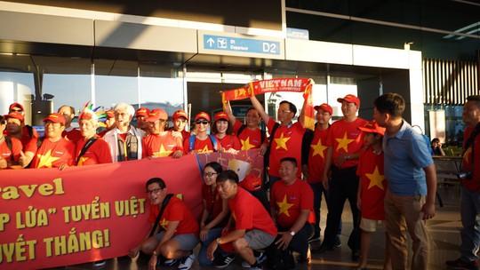CĐV Việt Nam hâm nóng Bacolod bằng chuyên cơ sang tiếp lửa tuyển Việt Nam - Ảnh 5.