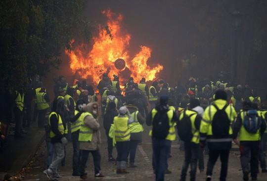 """Bạo loạn """"áo ghi-lê vàng"""": Không còn nhận ra trung tâm Paris! - Ảnh 4."""