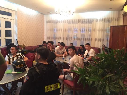 Hàng chục người Trung Quốc thuê khách sạn ở Vũng Tàu để sản xuất thẻ ATM giả - Ảnh 1.
