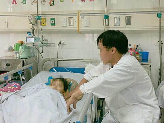 Cứu sống bé gái 4 tuổi bị chấn thương kinh hoàng do ô tô kéo lê - Ảnh 1.