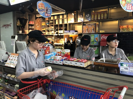 Người trẻ Việt vào cửa hàng tiện lợi ăn snack, uống nước ngọt và lướt net