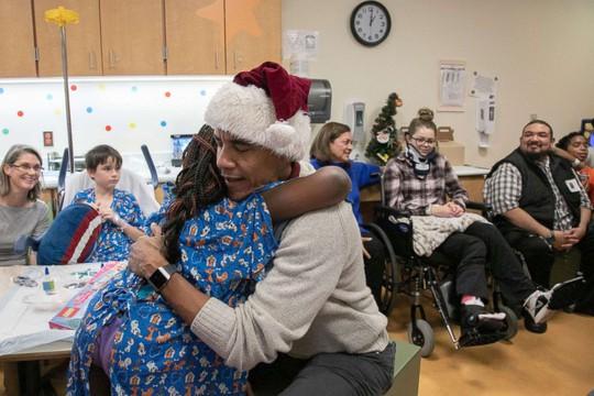 """""""Ông già Noel"""" Obama đội mũ đỏ, khệ nệ vác túi quà to - Ảnh 5."""