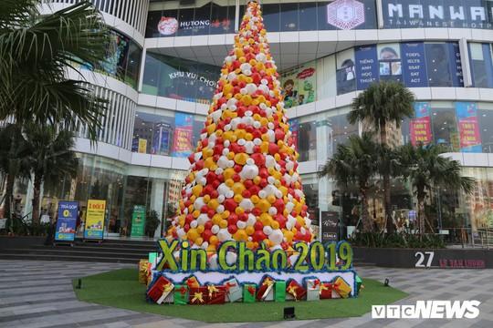 Cây thông Noel dựng từ 2.000 chiếc nón lá ở Hà Nội - Ảnh 1.