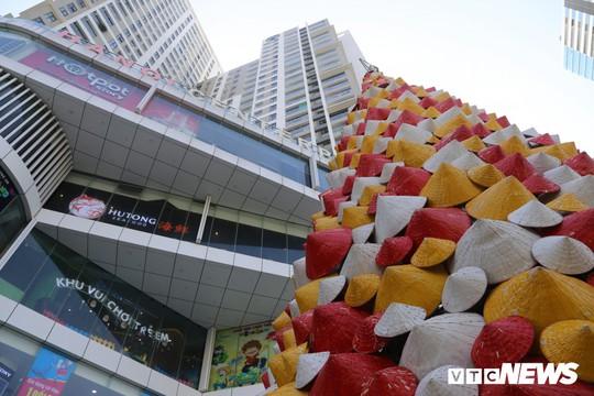 Cây thông Noel dựng từ 2.000 chiếc nón lá ở Hà Nội - Ảnh 2.