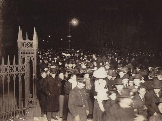 Người Mỹ đón năm mới ở Quảng trường Thời đại ra sao trong 115 năm qua? - Ảnh 2.