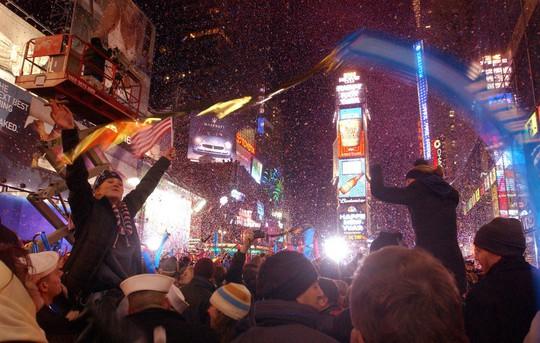 Người Mỹ đón năm mới ở Quảng trường Thời đại ra sao trong 115 năm qua? - Ảnh 11.