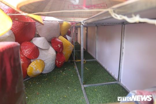 Cây thông Noel dựng từ 2.000 chiếc nón lá ở Hà Nội - Ảnh 3.