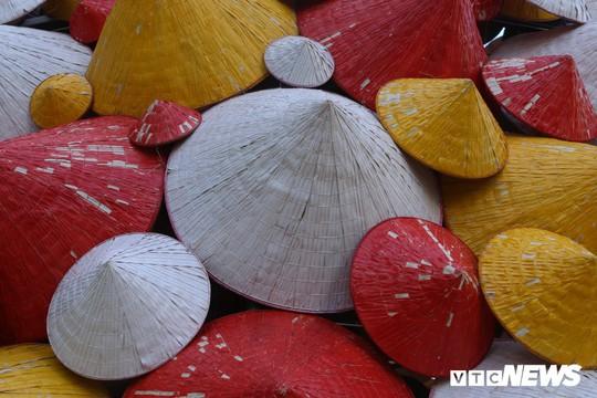 Cây thông Noel dựng từ 2.000 chiếc nón lá ở Hà Nội - Ảnh 5.