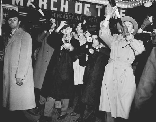 Người Mỹ đón năm mới ở Quảng trường Thời đại ra sao trong 115 năm qua? - Ảnh 5.