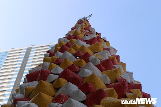 Cây thông Noel dựng từ 2.000 chiếc nón lá ở Hà Nội - Ảnh 6.
