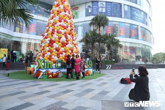 Cây thông Noel dựng từ 2.000 chiếc nón lá ở Hà Nội - Ảnh 7.