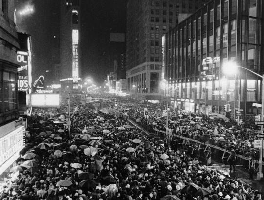 Người Mỹ đón năm mới ở Quảng trường Thời đại ra sao trong 115 năm qua? - Ảnh 7.