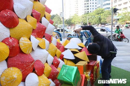 Cây thông Noel dựng từ 2.000 chiếc nón lá ở Hà Nội - Ảnh 8.