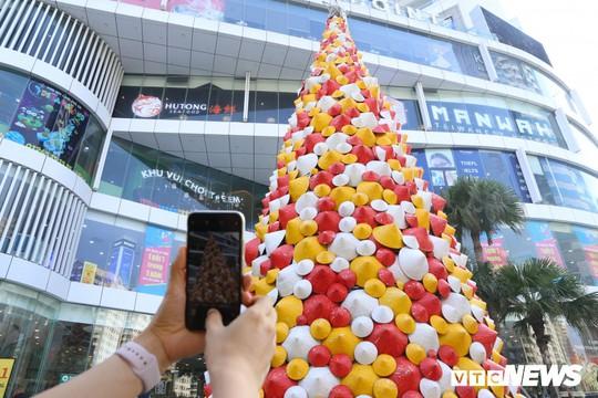 Cây thông Noel dựng từ 2.000 chiếc nón lá ở Hà Nội - Ảnh 9.