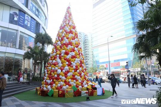 Cây thông Noel dựng từ 2.000 chiếc nón lá ở Hà Nội - Ảnh 10.