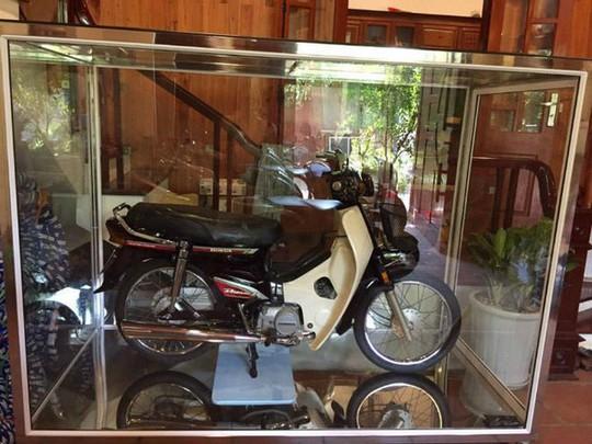 Honda Dream 1995 nhốt trong tủ kính, giá 8 cây vàng - Ảnh 1.