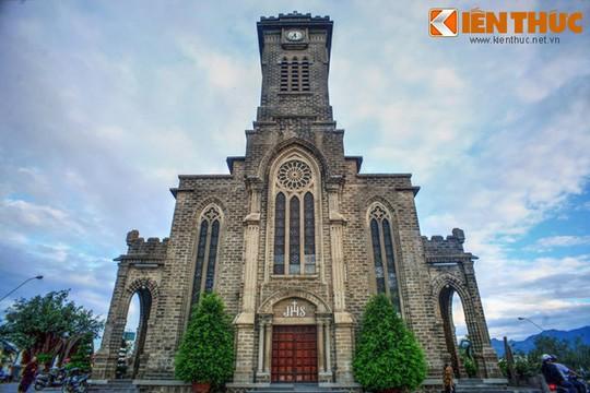 Những nhà thờ cổ đẹp quên lối về ở VN mùa Giáng sinh - Ảnh 10.