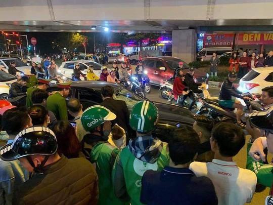 Xế hộp hạ gục 2 xe máy và 1 taxi, 2 phụ nữ mang bầu bị thương - Ảnh 1.