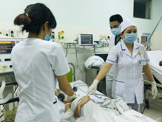 Lật tàu du lịch ở Nha Trang, ít nhất 2 người chết đuối - Ảnh 2.