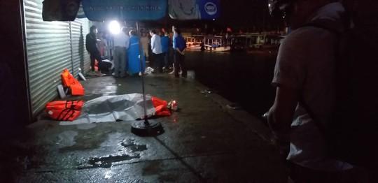 Lật tàu du lịch ở Nha Trang, ít nhất 2 người chết đuối - Ảnh 3.