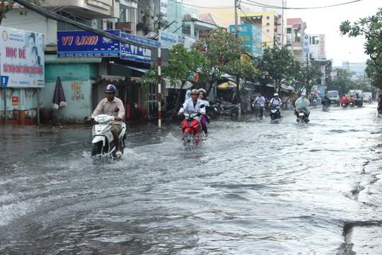 Cuối năm, nhiều tuyến đường ở Bạc Liêu chìm trong biển nước - Ảnh 1.