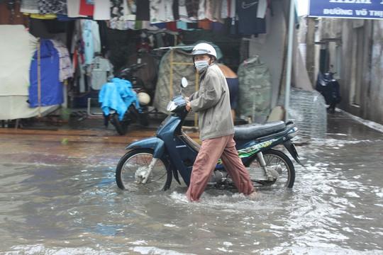 Cuối năm, nhiều tuyến đường ở Bạc Liêu chìm trong biển nước - Ảnh 4.