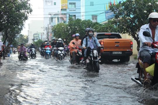 Cuối năm, nhiều tuyến đường ở Bạc Liêu chìm trong biển nước - Ảnh 5.
