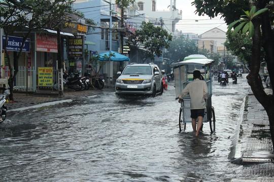 Cuối năm, nhiều tuyến đường ở Bạc Liêu chìm trong biển nước - Ảnh 6.