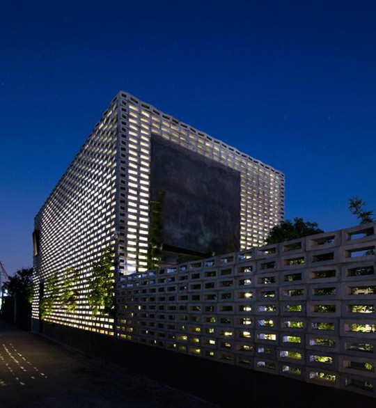 Căn nhà toàn lỗ ở Hưng Yên đẹp ấn tượng trên báo Mỹ - Ảnh 1.