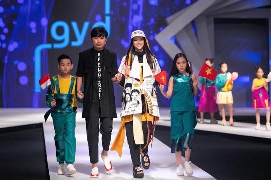 Hoa hậu Trái đất 2018 Phương Khánh lần đầu diễn thời trang - Ảnh 2.
