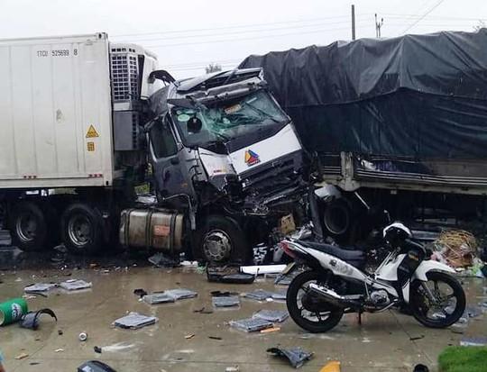 Xe tải đối đầu xe container gây tai nạn liên hoàn, 2 người tử vong - Ảnh 2.