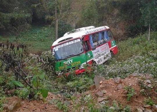 Va chạm với xe ben, xe buýt chở khoảng 20 người lao xuống vực - Ảnh 1.