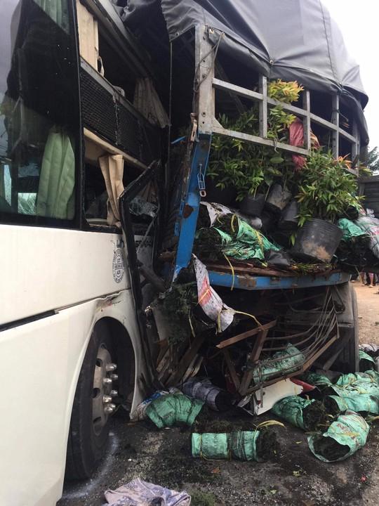 Xe chở đoàn khách du lịch TP HCM gây tai nạn, 2 người chết - Ảnh 2.