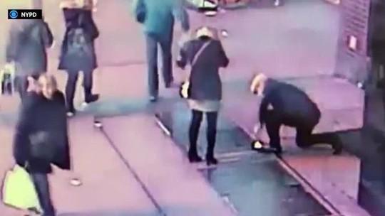 Cảnh sát New York xuống cống tìm nhẫn trả lại du khách - Ảnh 1.