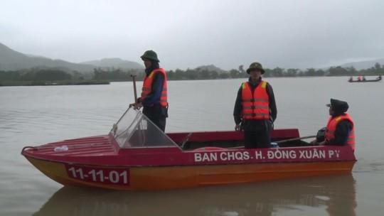 Phú Yên: Một người bị nước lũ nhấn chìm, di dời khẩn cấp hơn 900 người - Ảnh 3.