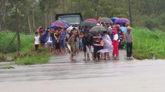 Phú Yên: Một người bị nước lũ nhấn chìm, di dời khẩn cấp hơn 900 người - Ảnh 1.