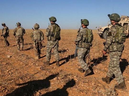 装甲车载着第一批美国士兵撤离叙利亚