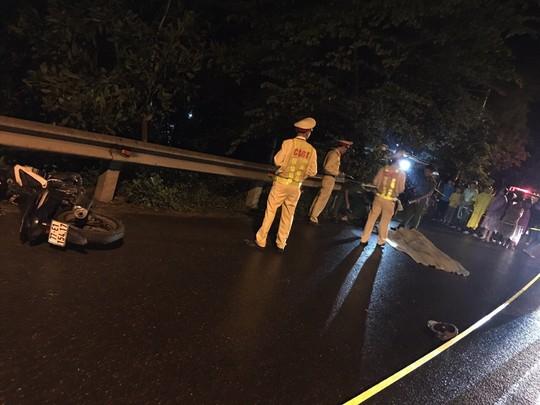 Tông vào taluy đường, 2 nam thanh niên tử vong trong đêm - Ảnh 1.